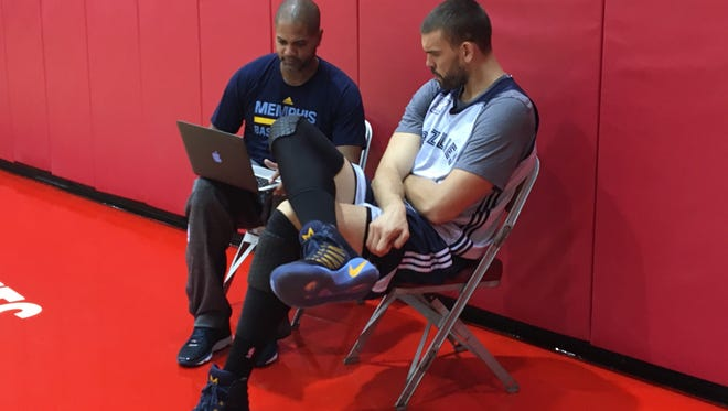 Grizzlies interim coach J.B. Bickerstaff and center Marc Gasol sit for a film session after practice on Dec. 19, 2017.