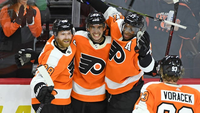 Shayne Gostisbehere, center, had a two-goal night as the Flyers won their sixth straight.