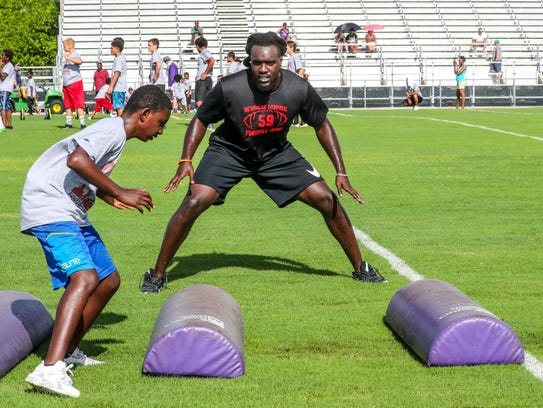 De'Vondre Campbell works with youths at Cypress Lake,