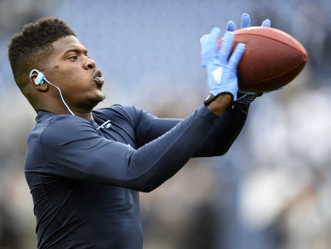 Titans wide receiver Kendall Wright warms up before