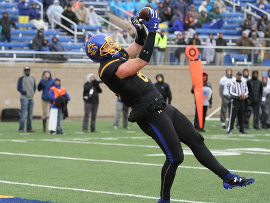 South Dakota State's Dallas Goedert hauls in a touchdown