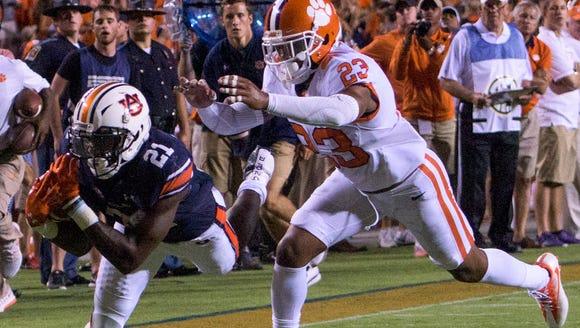 Auburn running back Kerryon Johnson (21) can't control