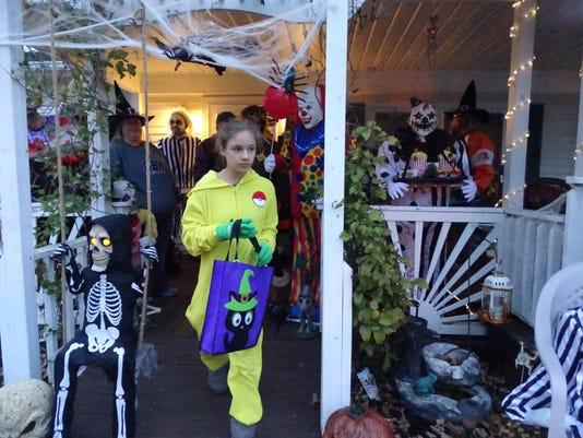 Halloween-trick-or-treating-01.JPG
