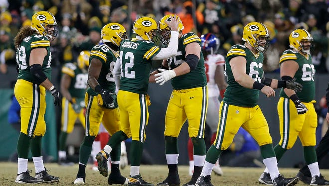 Packers quarterback Aaron Rodgers thanks his offensive line after a touchdown pass to receiver Randall Cobb in the NFC wild-card game against the Giants.