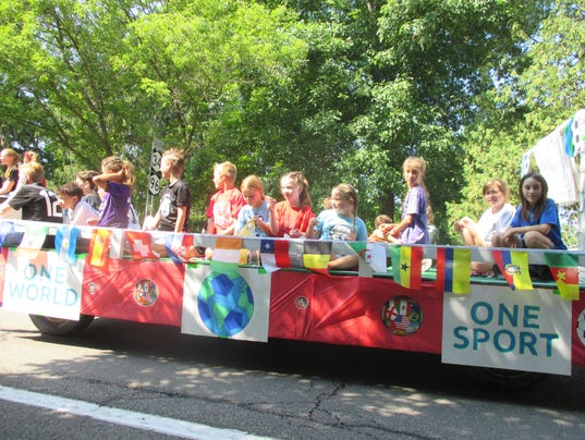 636371035751313097-SVE-Soccer-Club-float-Sp-Pic-parade-IJ.JPG