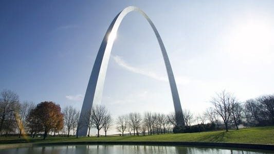 Monument at the riverside, Gateway Arch, St. Louis, Missouri.