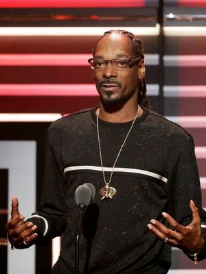 """Snoop Dogg speaks while being honored with the """"I am Hip Hop"""" award at the BET Hip Hop Awards in Atlanta, Saturday, Sept. 17, 2016. (AP Photo/David Goldman)"""