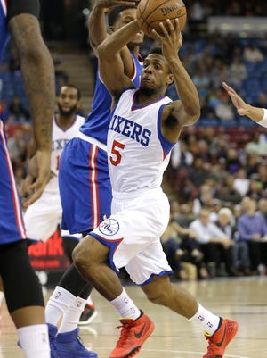 Sixers guard Ish Smith (right) drives to the basket against Sacramento Kings forward Rudy Gay during the first quarter Tuesday in Sacramento, Calif.