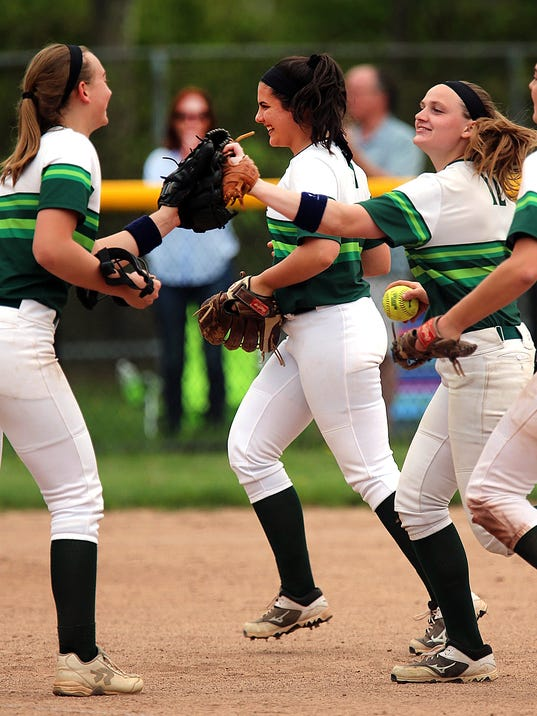 636619244777962318-Ridge-softball-team-gets-ready-5-5-18.jpg