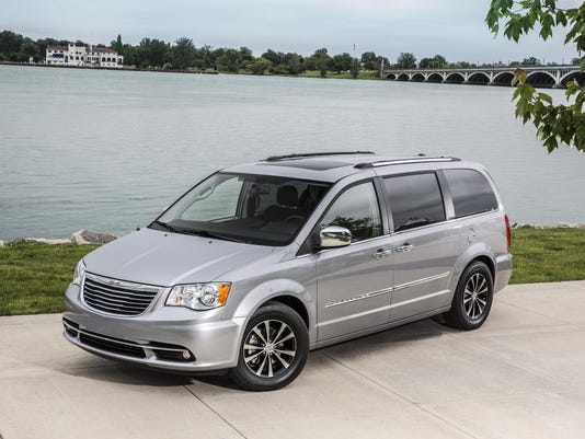 2016chrysler_town-and-country1