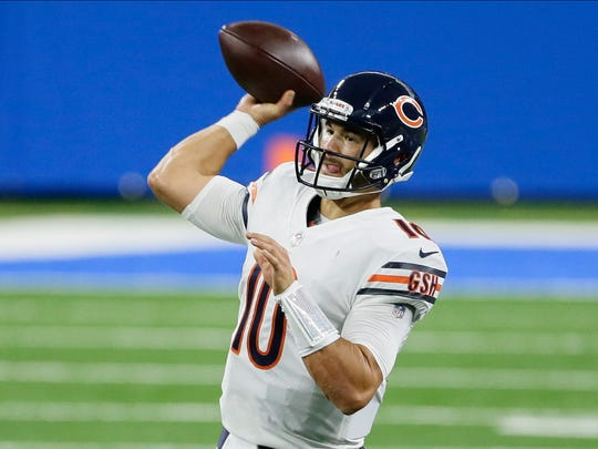 Gelandang Chicago Bears Mitchell Trubisky melakukan lemparan ke gawang Detroit Lions pada paruh pertama pertandingan sepak bola NFL di Detroit, Minggu, 13 September 2020. (AP Photo / Duane Burleson)