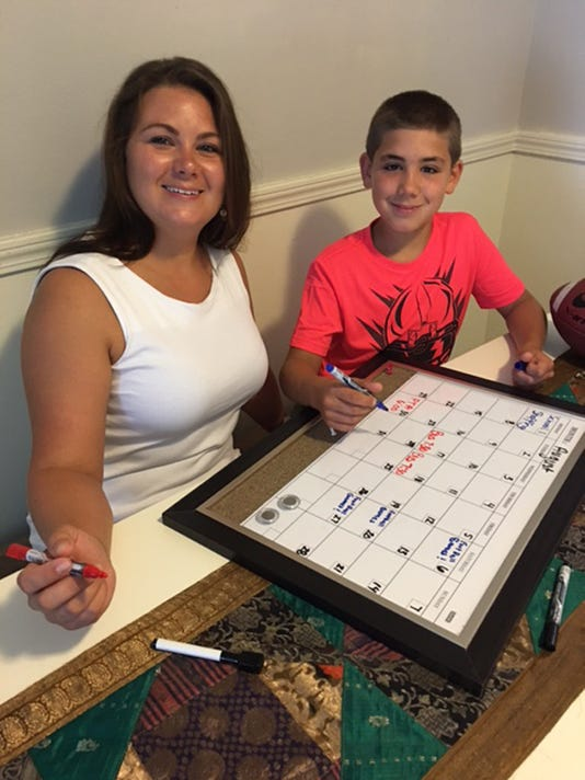 636059272838639914-Jackie-Malle-and-son-Damion-creating-a-family-calendar.jpg