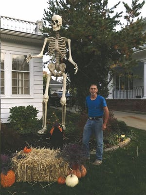 Bones, um esqueleto de 12 pés de altura, com o seu dono Leo Teixeira, em 1135 Highland Avenue, em Fall River.
