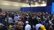 Cientos de personas atienden el discurso de la Primera