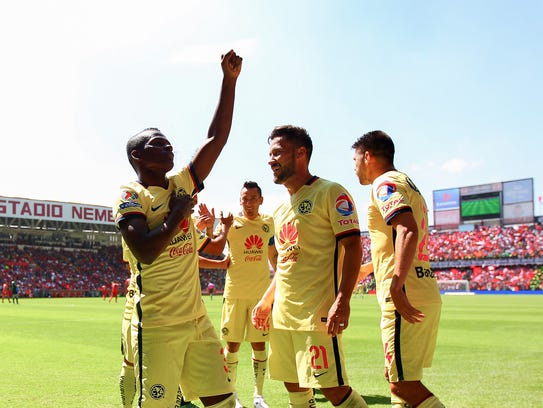 El jugador del América Carlos Quintero celebra después