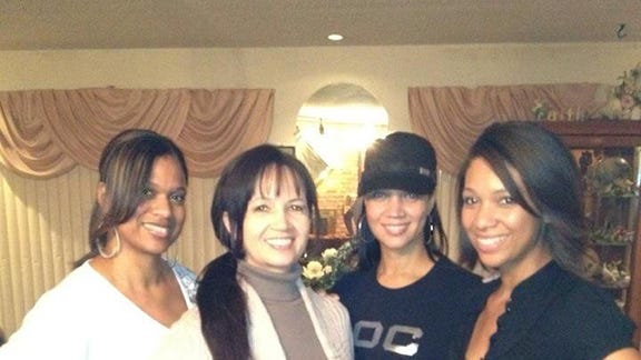 Tammi Moftaqir (wearing cap) with sisters and mother.