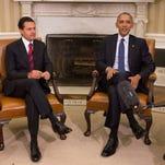 El presidente estadounidense, Barack Obama (d), y su homólogo mexicano, Enrique Peña Nieto (i), durante su reunión en Washington.