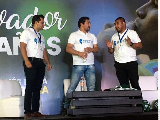 Salvador Cabañas (centro) dijo que su situación económica