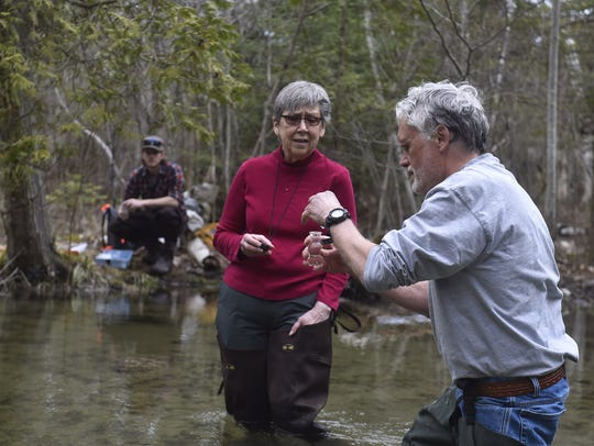 A Dissolved Oxygen test is completed by Citizen Scientists