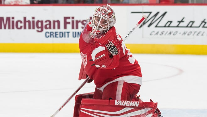 Red Wings goalie Jimmy Howard makes one of his 22 saves during the first period of Tuesday's 4-2 loss to the Stars.