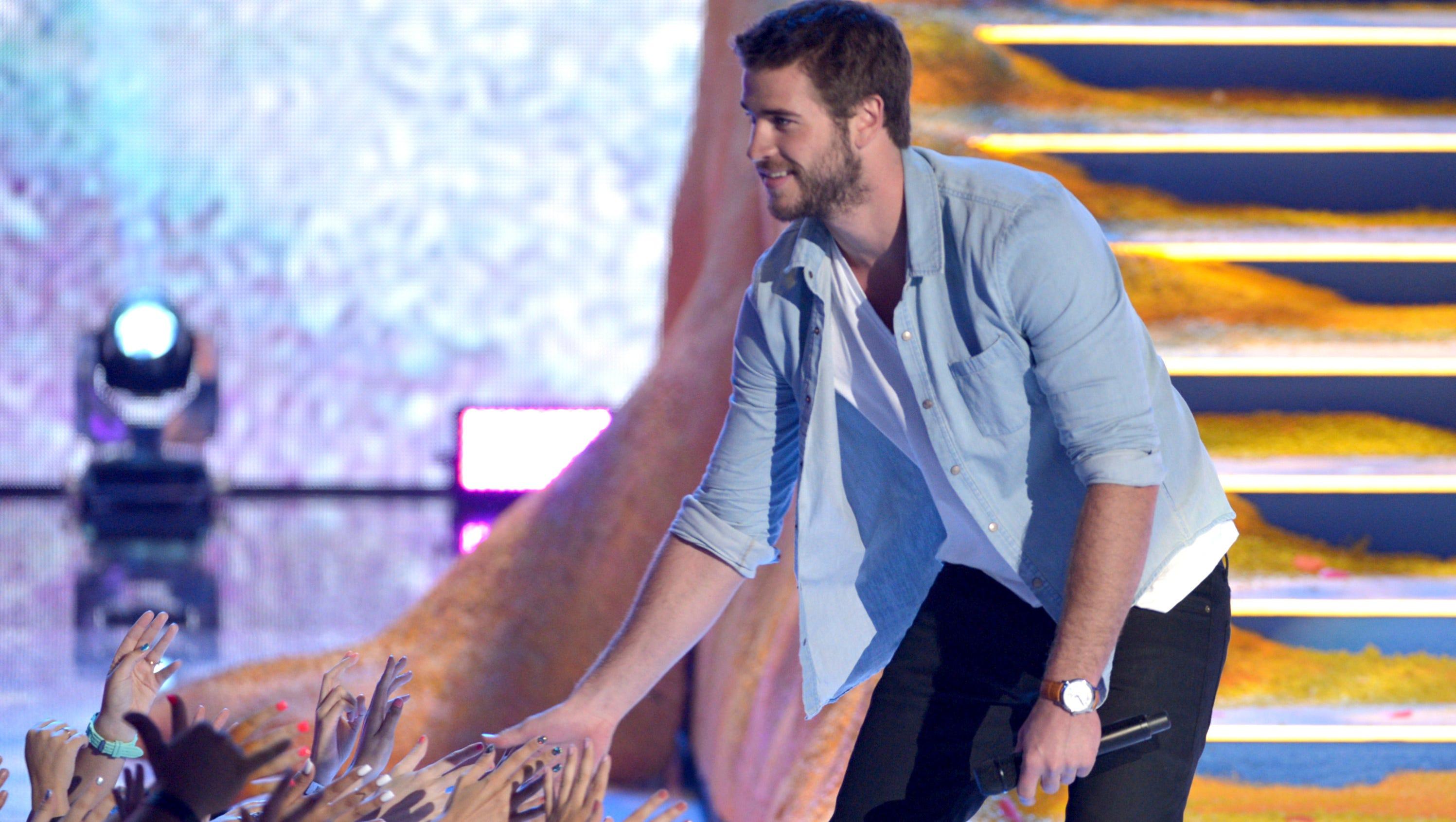 Presenter Liam Hemsworth works the crowd.