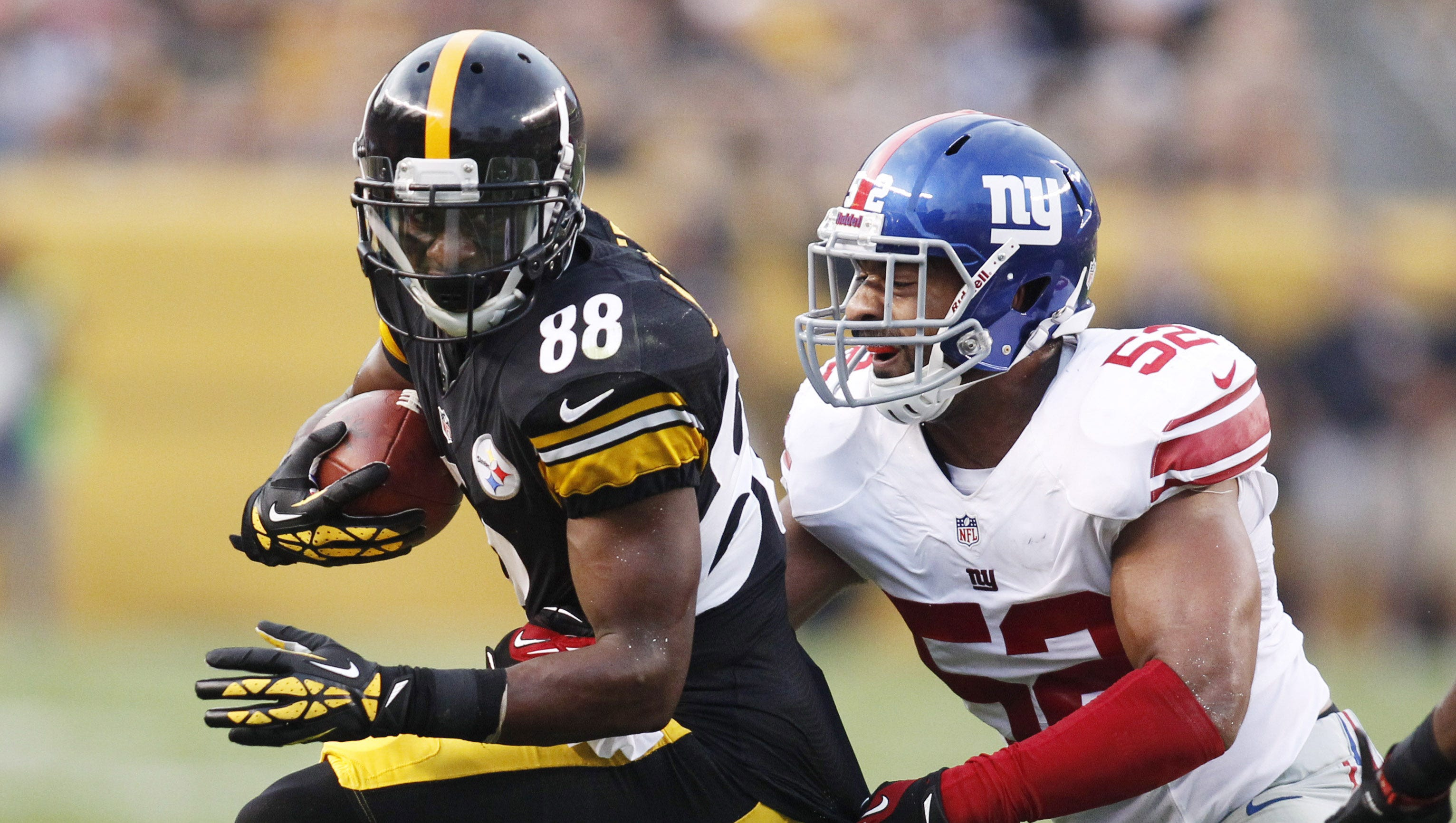 Pittsburgh Steelers wide receiver Emmanuel Sanders (88) runs after a catch as New York Giants outside linebacker Spencer Paysinger (52) defends during the first quarter at Heinz Field.