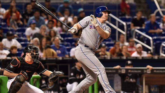 Mets right fielder Jay Bruce (19) connects for a base hit during the eighth inning against Marlins.
