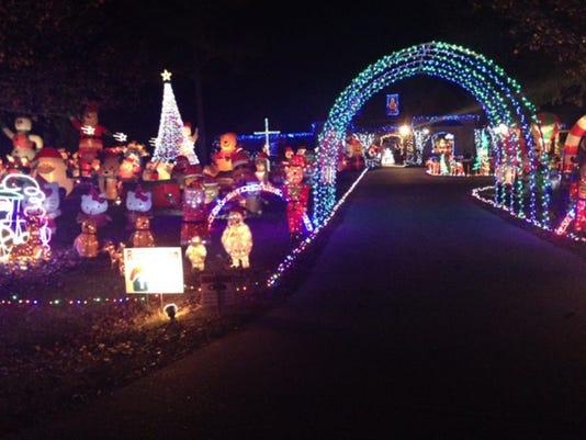 635542539578052755-Madison-Christmas-decorations