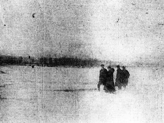 People walk across the frozen Ohio River in Evansville, Indiana in 1918.
