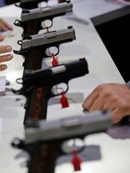 Armas de todo tipo se observan en la Convención Anual