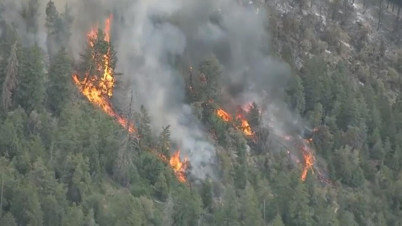 western wildfires 1 dead in blaze near california oregon border