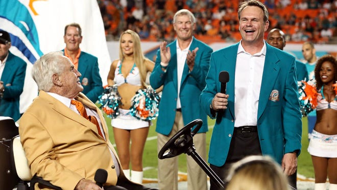 John Offerdahl thanks fans and his head coach Don Shula, left, during his halftime induction into the Dolphins Honor Roll in 2013. Offerdahl is one of many former Dolphins who say their business acumen was impacted by playing for Shula.