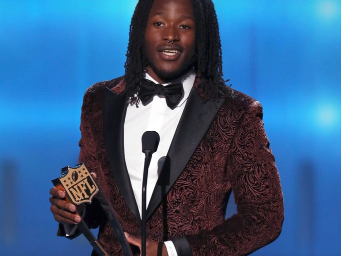 Alvin Kamara of the New Orleans Saints accepts the