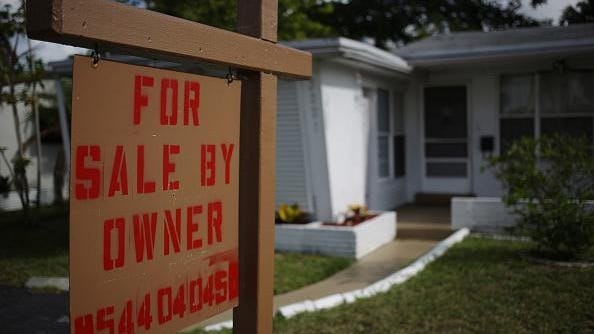 "A ""For Sale By Owner"" sign stands in front of a house in Fort Lauderdale, Florida, U.S., on Tuesday, June 16, 2015. The National Association of Realtors is scheduled to release existing home sales figures on June 22. Photographer: Luke Sharrett/Bloomberg via Getty Images"