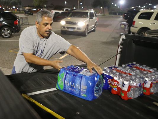 636173676687397859-Corpus-Christi-residents-load-their-vehicles-with-water-at-HEB-on-staples-and-spid3.png