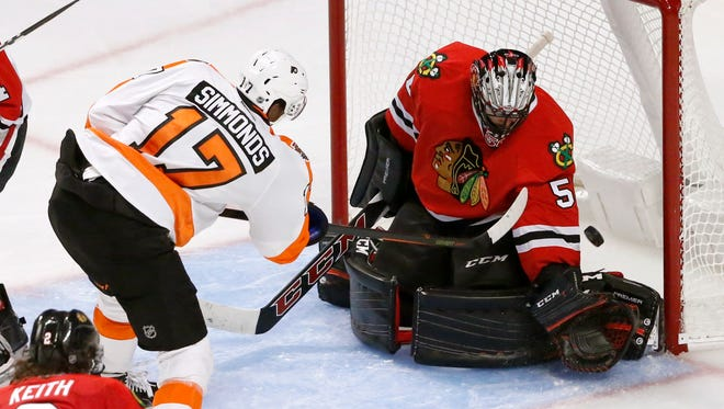 Flyers right wing Wayne Simmonds scores a power-play goal past Blackhawks goalie Corey Crawford on Tuesday.