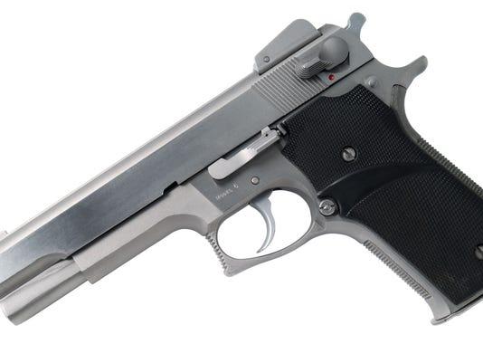 635767790458763076-gun