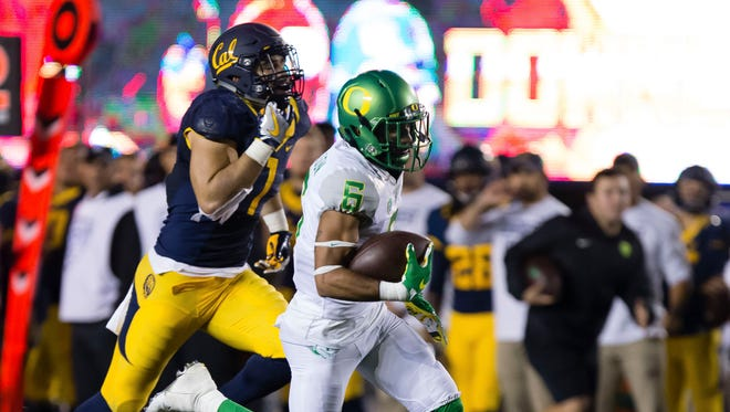 Oct 21, 2016; Berkeley, CA, USA; Oregon Ducks wide receiver Charles Nelson (6) carries the ball for touchdown against the California Golden Bears during the fourth quarter at Memorial Stadium. The California Golden Bears defeated the Oregon Ducks 52-49 in overtime. Mandatory Credit: Kelley L Cox-USA TODAY Sports