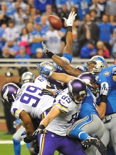 Lions defensive end Jason Jones blocks the Vikings'
