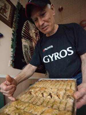 Ο ιδιοκτήτης George Rocheb έδειξε μια ποικιλία γλυκών στο Little Athens Cairo.