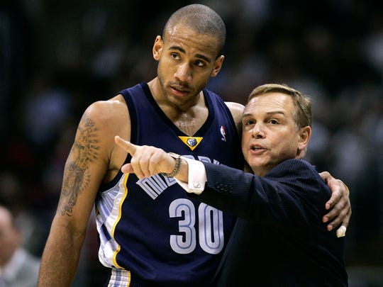 Memphis Grizzlies' head coach Mike Fratello, right, talks with Dahntay Jones during the second quarter of the game against the Los Angeles Clippers at the Staples Center in Los Angeles Wednesday, Nov. 29, 2006.