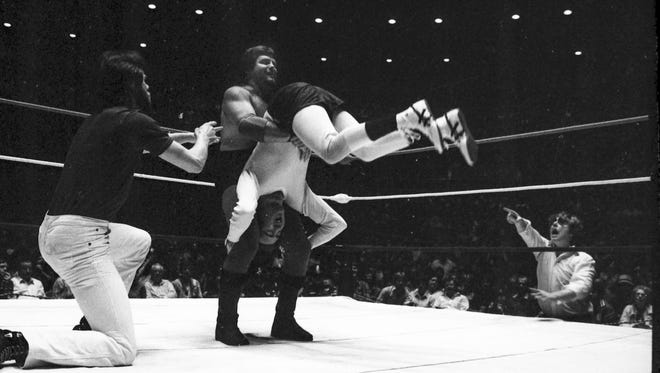 """Jerry """"The King"""" Lawler takes on Andy Kaufman in their iconic wrestling at the Mid-South Coliseum on April 5, 1982."""