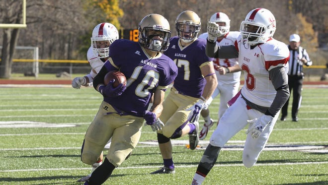 Running back Mike Czarnecki (10) and the Albion College football team visit Augustana (Ill.) on Saturday.