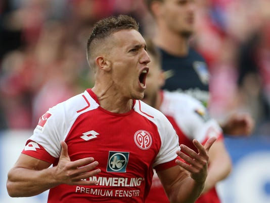Mainz's Pablo de Blasis celebrates after giving his side a 1-0 lead during the German Bundesliga match between FSV Mainz 05 and Hertha BSC Berlin  in Mainz, Germany, Saturday, Sept. 23, 2017.  (Thomas Frey/dpa via AP)