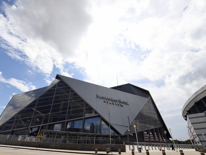 Atlanta falcons new stadium photos of mercedes benz stadium for Mercedes benz stadium falcon statue