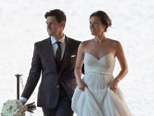 Justin Bartha and Lia Smith