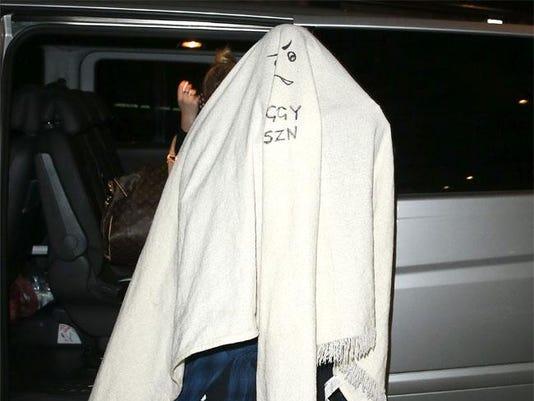 Iggy leaving concert under blanket