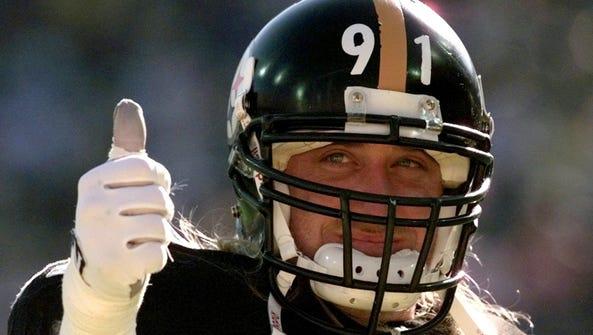 Pittsburgh Steelers linebacker Kevin Greene gives a