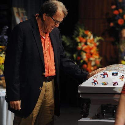 Former Michigan football coach Lloyd Carr mourns at