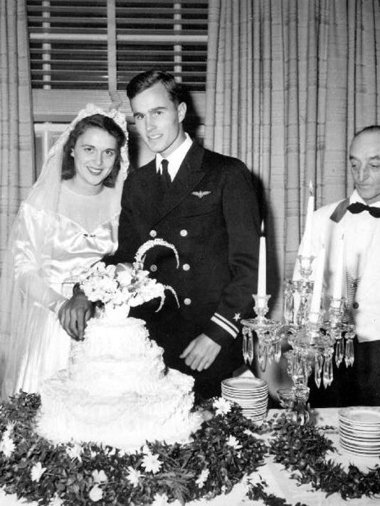 635882887598009263-Bush-Wedding-Cake.jpg